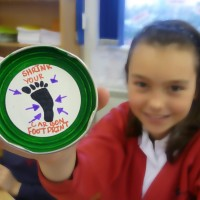 girl with a recycled fridge magnet - Shrink your carbon footprint